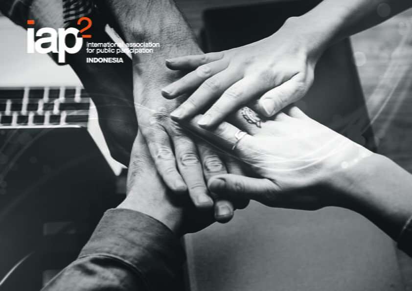 mendorong dan mendukung para profesional muda
